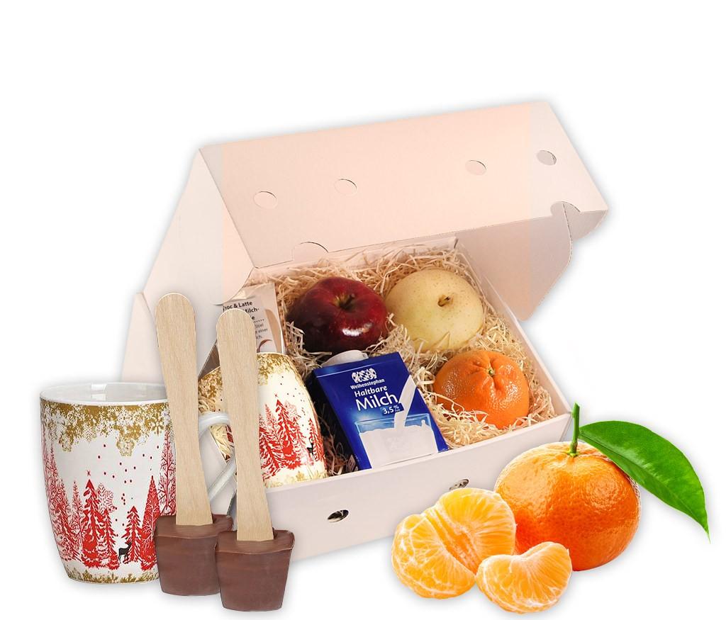 Obstbox Heiße Schokolade mit frischem Obst, zartschmelzendem Schokolöffel, Milch und einer großen Tasse mit Wintermotiv