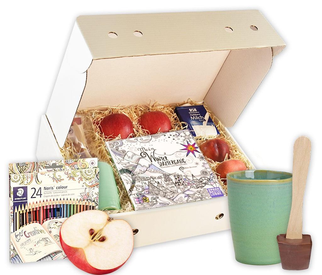 Geschenkbox Entspannung mit frischem Obst, Tasse, Schokolade am Stil, Milch, Ausmalbuch und Buntstiften