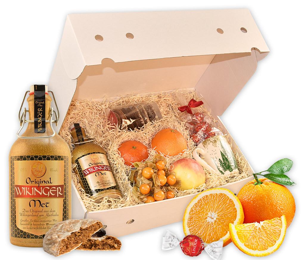 Wintergetränk Honigwein mit frischem Obst, Tasse, Lebkuchen, Schokolade und einer Flasche Honigwein Original Wikinger Met