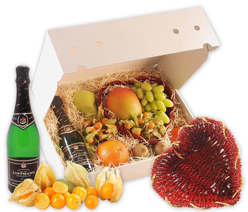 """Obstbox """"Ich liebe dich"""" mit prickelndem Sekt, rotem Obstkorb in Herzform und frischem Obst"""