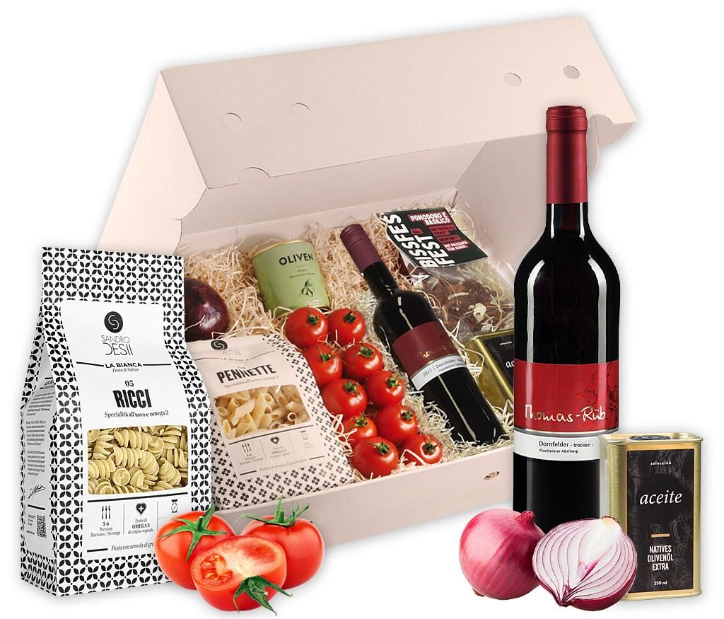 Kochbox italienisches Pastagericht mit Nudeln, frischen Tomaten und Zwiebeln, Olivenöl, Oliven, BIO Pasta-Gewürz, BIO Rotwein und Pralinen-Schokolade