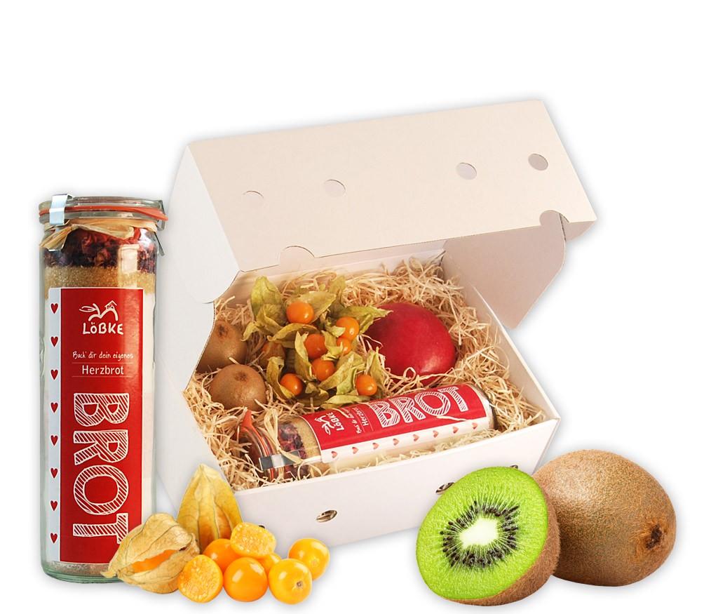 Obstbox Herzbrot mit Brot-Backmischung mit Zuckerherzen und frischem Obst