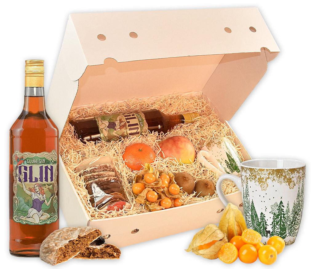 Wintergetränk Glühgin mit frischem Obst, Tasse, Lebkuchen und einer Flasche Glühgin