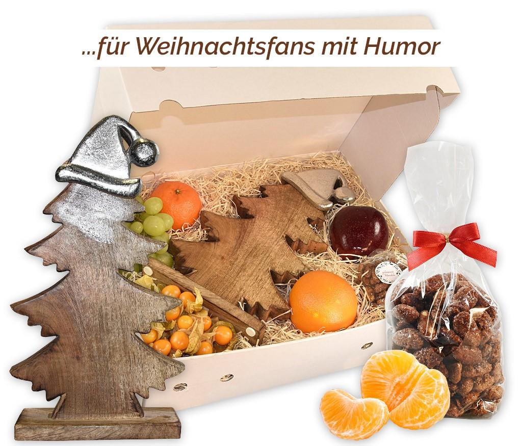 Obstbox Oh Tannenbaum mit großem Holzbaum mit witziger Metallmütze, gebrannten Mandeln und frischem Obst