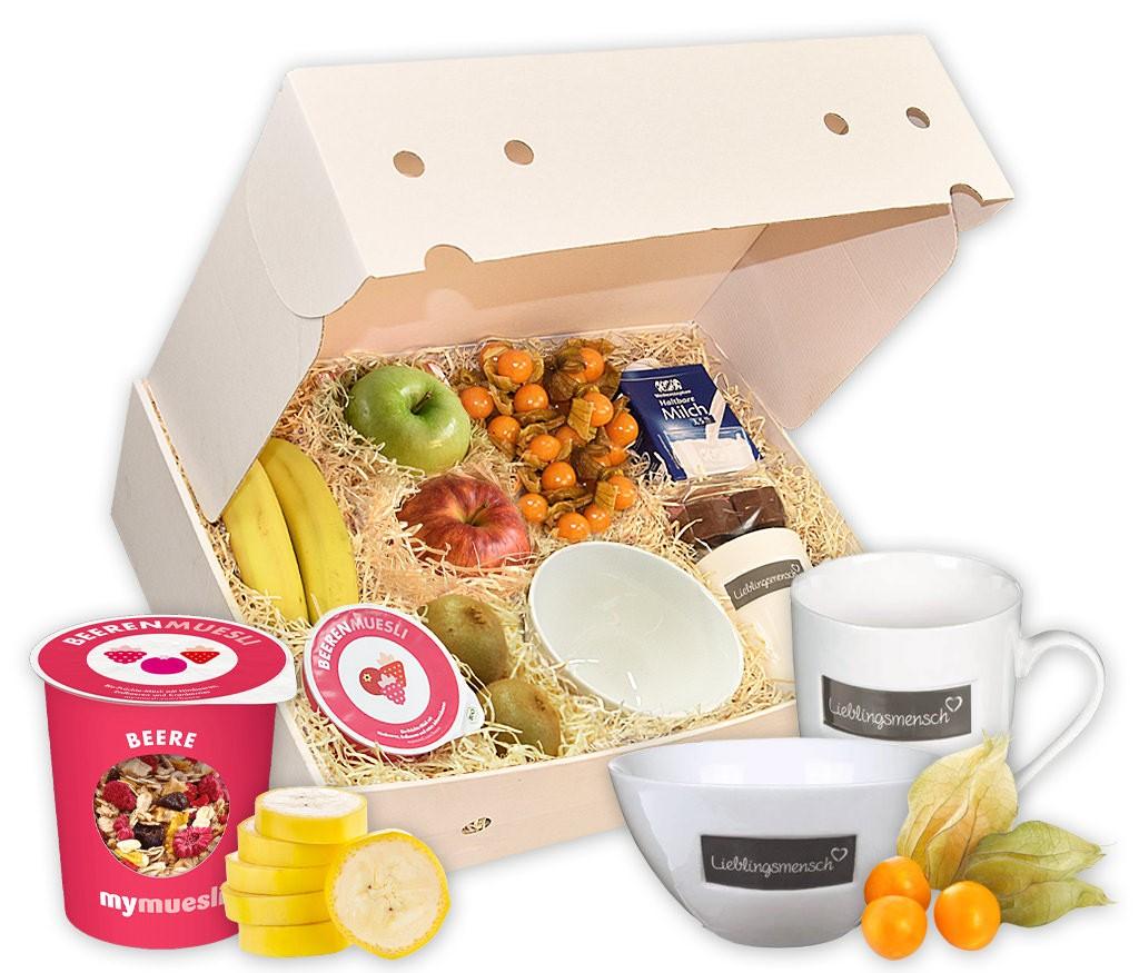 Obstbox Lieblingsmensch mit frischem Obst, Müslischale, Tasse, heißer Schokolade, Milch, Müsli und Schokofrüchten