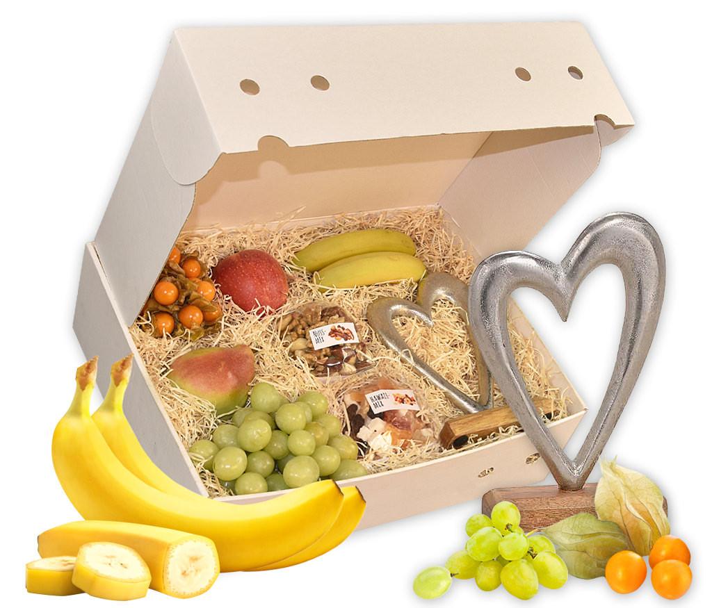 Obstbox Herzenssache mit großem Metallherz, Nusskernen, zartschmelzender Lindt Schokolade und frischem Obst