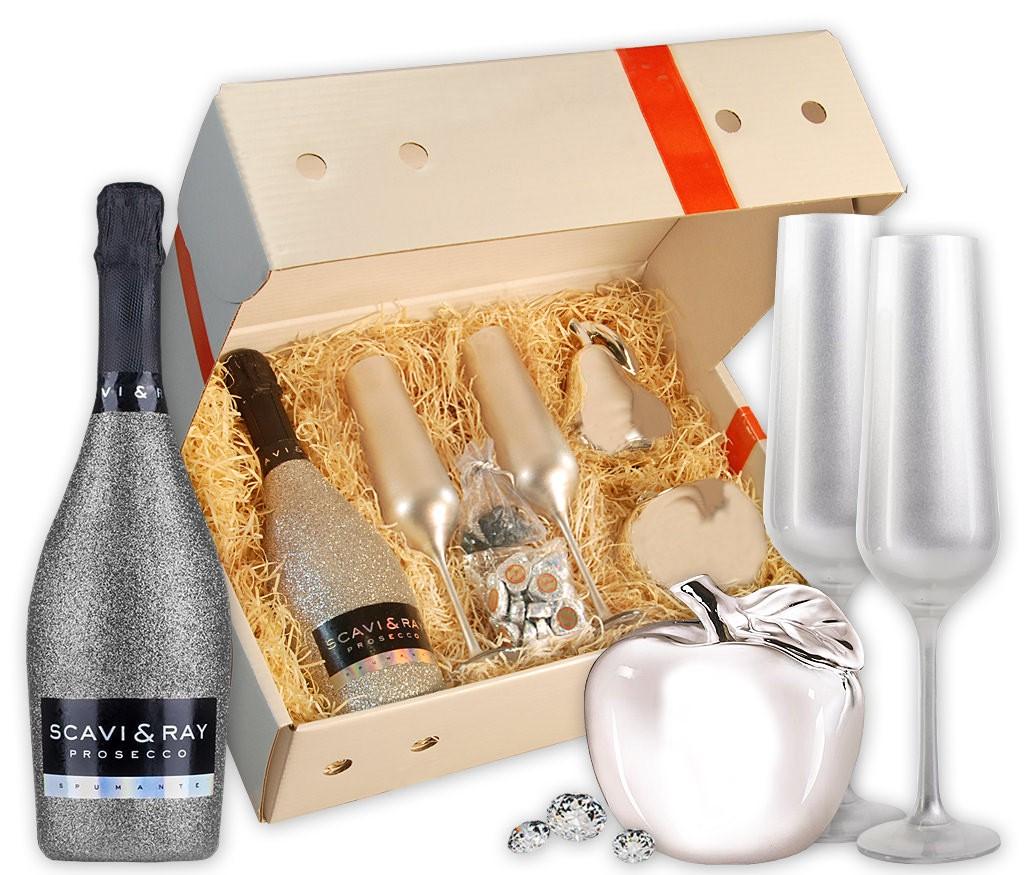 Geschenkbox Silberschatz mit silbernen Prosecco, Sektgläsern, silbernen Dekofrüchten, Schokolade, und Deko-Diamanten