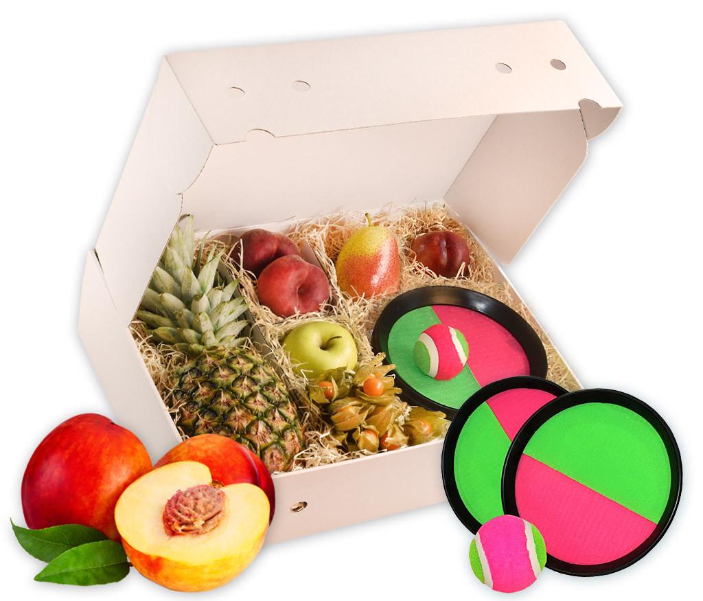 Frische Früchte und ein Klettball-Wurf-Spiel in der Geschenkbox