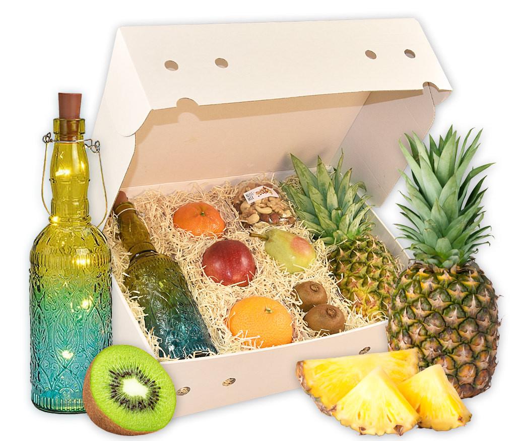 Obstbox Herbstlicht mit frischen Früchten, knackigen Nusskernen und dekorativer Glasflasche mit LED-Lichterkette