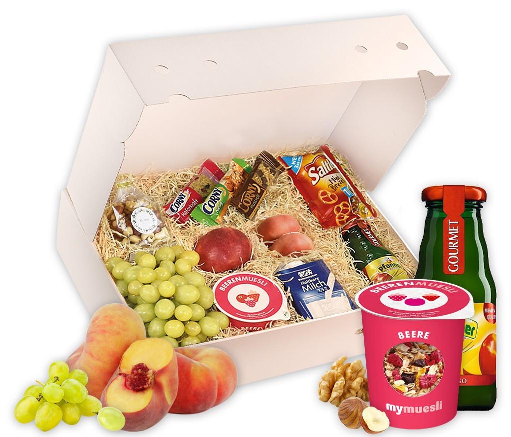 Webinar-Snack-Box mit frischem Obst, Nussmix, Brezeln, Saft, Müsli, Milch und Powerriegeln