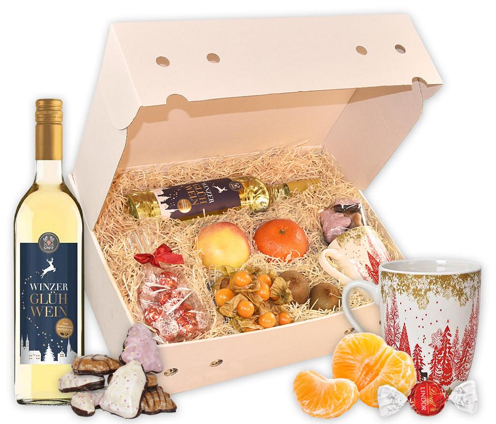 Wintergetränk Glühwein mit frischem Obst, Tasse, Lebkuchen, Schokolade und einer Flasche Glühwein, wahlweise rot oder weiß